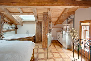 Chalet Schatzchischta Zermatt - Bedroom with corner bath